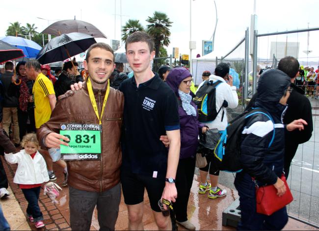 à gauche, Jérémy, premier relayeur, et à droite Elie, tout juste arrivé et bien mouillé. (Crédit photo : Pierrick Ilic-Ruffinatti)