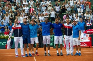 Les Bleus après leur victoire pleine d'espoirs contre la République Tchèque en demi-finale. (Crédit photo : Henri Collot/AP/Sipa)
