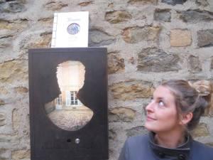 Claire Carlut pose à côté de son auteur fétiche, Arthur Rimbaud. Crédit photo : Y. Loriette