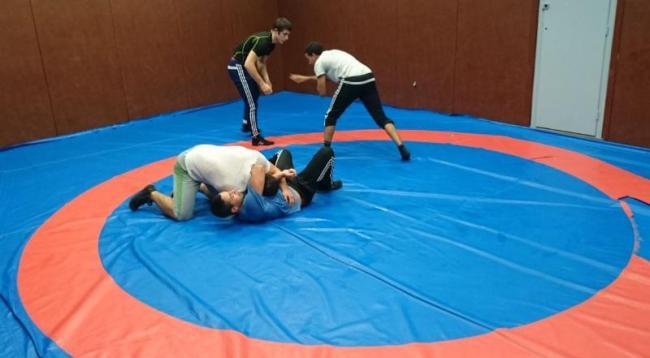 Les jeunes athlètes multiplient les combats et se donnent à 100 % durant la séance