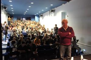« Daniel Vigne a attiré près d'une centaine de lycéens à sa masterclass » Crédit Photo : E.P