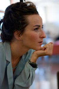 Salomé Stévenin dans le hall de l'hôtel Avangani à Cannes. Crédit Photo : Eva Garcin)