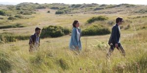 Salomé Stévenin accompagnée de Mehdi Dehbi et Bruno Claire-fond dans Lili Rose. Crédit Photo : ZELIG FILMS DISTRIBUTION)