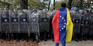 Un étudiant devant la police à Caracas / Crédit photo : AFP Leo Ramirez