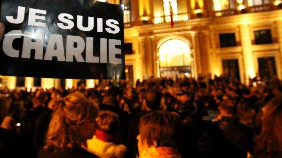 Devant la mairie de Cannes, 400 personnes se sont rassemblées pour rendre hommage aux victimes de l'attentat au siège de Charlie Hebdo. (Crédits photo : MAXPPP)