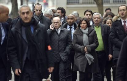 Le ministre Cazeneuve et la maire de Paris Anne Hidalgo près des locaux de Charlie Hebdo ce matin (Martin Bureau/AFP)