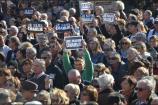 """Les pancartes """"Je suis Charlie"""" étaient nombreuses dans la foule. (Crédit photo : Jérémy Satis)"""