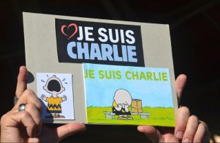 Nous sommes tous Charlie. Nombreux sont les citoyens qui ont décidé de rendre hommage aux victimes de l'attentat contre Charlie Hebdo par des dessins.(Crédit photo : Jérémy Satis)