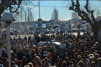 Avec le soleil et le port de Cannes en spectateur privilégié, les citoyens ont manifesté en faveur de la liberté. (Crédit photo : Jérémy Satis)