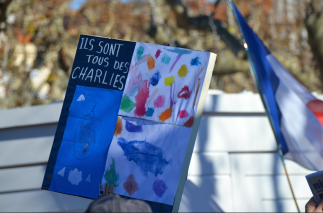 """""""Ils sont tous des Charlies"""". Certains ont souhaité rendre un hommage particulier aux dessinateurs, insistant sur le fait que quiconque dessine s'exprime en toute liberté. (Crédit photo : Jérémy Satis)"""