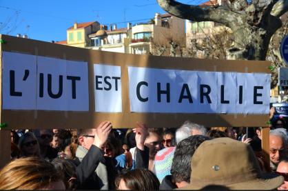 """L'IUT de Journalisme de Cannes a marché pour défendre """"les libertés fondamentales"""". (Crédit photo : Jérémy Satis)"""