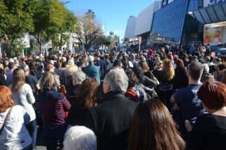 Sur le boulevard de la Croisette, l'affluence était importante. Les Cannois marchent en direction du palais des festivals. (Crédit photo : Jérémy Satis)