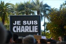 """Devant les palmiers, à Cannes, le message est on ne peut plus explicite : """"Je suis Charlie"""" (Crédit photo : Jérémy Satis)"""