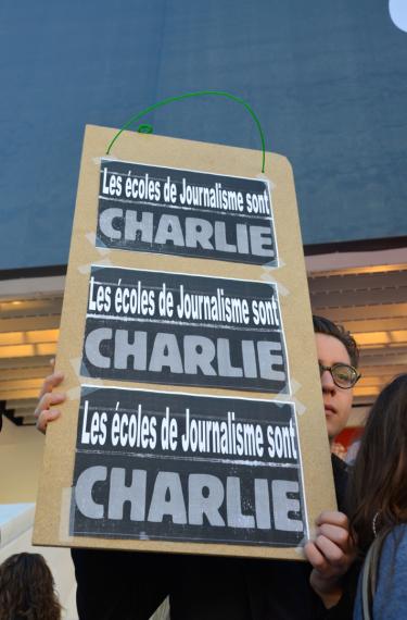 Si la catastrophe est nationale, les écoles de journalisme ont souhaité rappeler que la liberté de la presse était une liberté universelle. (Crédit photo : Jérémy Satis)