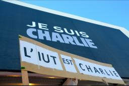 """Le Palais des Festivals a troqué son habituelle affiche officielle contre une grande bâche """"Je suis Charlie"""".(Crédit photo : Jérémy Satis)"""