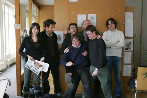 """L'équipe de """"Charlie Hebdo"""", dans les locaux du journal, le 15 mars 2006.  (Joël Saget/AFP)"""