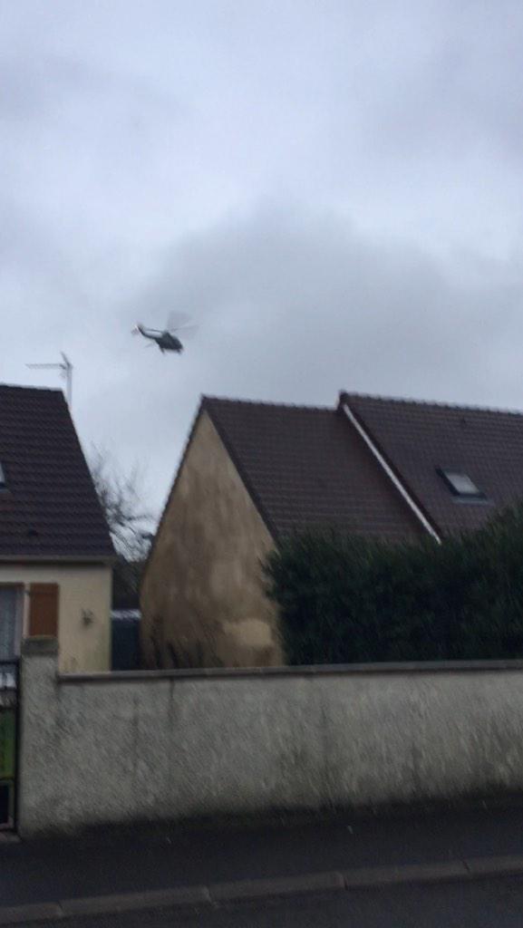Les hélicoptères survole Dammartin-en-Goële, comme le montre cette photo d'un habitant. (Crédit : DR)
