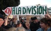 L'un des slogans parmi la foule. (Crédit photo : Skander Farza)