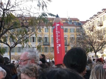 Un crayon géant a émergé au dessus de la foule. (Crédit photo : Skander Farza)