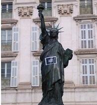 Une statue de la liberté aux couleurs de Charlie. (Crédit photo : Grégoire Bosc-Bierne)