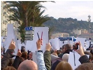 Crayons et affiches étaient brandis par les personnes présentes. (Crédit photo : Grégoire Bosc-Bierne)