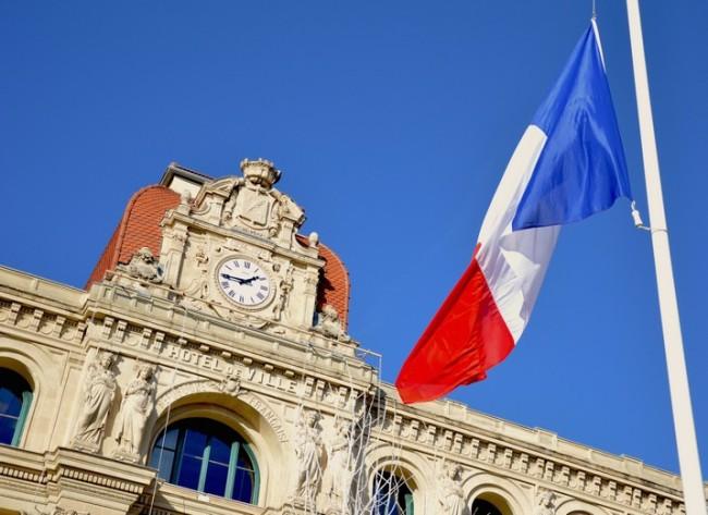 Les drapeaux sont mis en berne dans tout le pays, à partir du jeudi 8 janvier et pendant trois jours. (Crédits photo : Thibault Cordier)