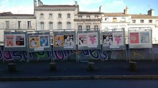 En face de l'espace Franquin, les « unes » de Charlie Hebdo s'affichent sur les panneaux électoraux. (Crédit photo : Alice Gobaud)