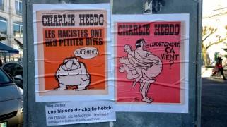 Charlie est aussi Place Francis Louvel à Angoulême. A gauche, Charlie Hebdo n°146 – « Les racistes ont de petites bites » (1973). A droite, Charlie Hebdo n°202 – « Et l'avortement, ça vient ? » (1974). (Crédit photo : Alice Gobaud)