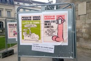 Dans les jardins de l'hôtel de ville d'Angoulême, les « unes » de Charlie Hebdo plantent le décor de la 42ème édition du Festival international de la bande dessinée. (Crédit photo : Alice Gobaud)