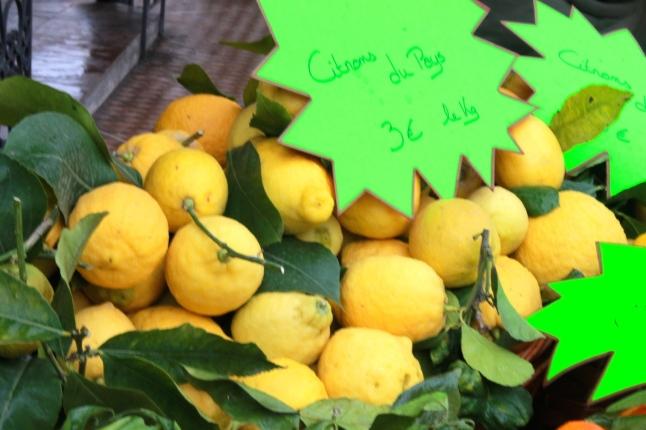 Contrairement à ce que l'on pourrait croire, le citron de Menton n'est pas exposé dans les jardins, mais vendu dans toute la ville (Crédit : S.F.)