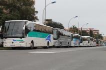 Les bus se mettent en file indienne et s'accumulent dans ce quartier de Menton (Crédit : S.F.)