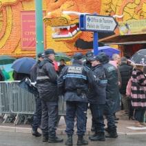 La fête s'ouvre sous la pluie, et sous les yeux des policiers (Crédit : S.F.)