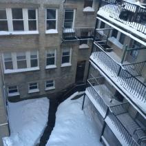 Les terrasses du quartier de Brighton à Boston sont recouvertes de neige (crédit: @BenjamLevy)