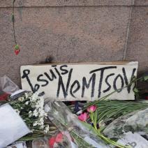 L'hommage rendu reprend le fameux slogan du 7 janvier (crédit : Nikita Komarov)