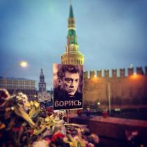 Des portraits à l'effigie de Nemtsov sont érigés (crédit : @tinuska173)