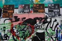 Des affiches à la mémoire des victimes des attentats du 7 janvier contre la rédaction de Charlie Hebdo. Crédits : ABACA / Presse Association Images