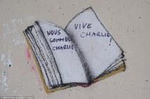 """Un livre ouvert dans lequel on peut lire """"Nous sommes Charlie"""", """"Vive Charlie !"""", à Paris. Crédits : ABACA / Presse Association Images"""