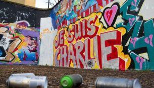 """""""Je suis Charlie"""" surmonté d'un coeur. Crédits : AFP"""