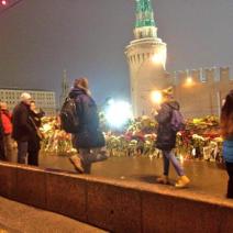 Les passants se recueillent sur le lieu de sa mort (crédit : @moskless)