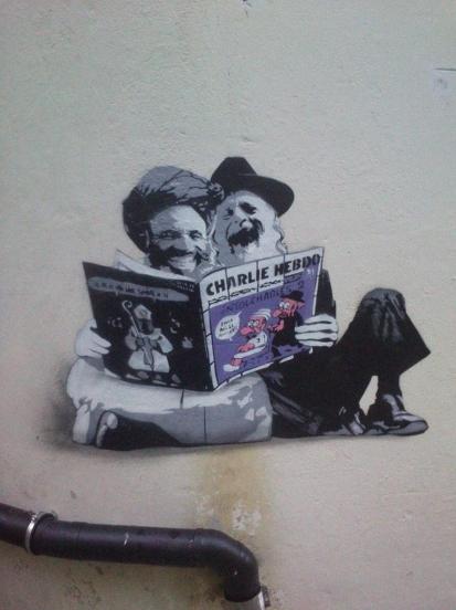 Le journal Charlie Hebdo fait mourir de rire des religieux juif et musulman dans cette peinture au pochoir de l'artiste AFK à Bergen, en Norvège. Crédits : AFK Street art
