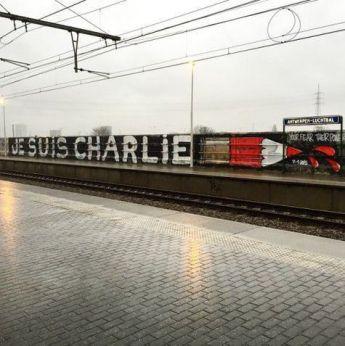 """L'artiste Dzia écrit """"Je suis Charlie"""" à la gare d'Antwerpen-Luchtbal, en Belgique. Crédits : Dzia"""