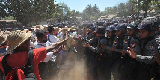 Les étudiants encerclés le 10 mars à Letpadan par la police (Crédit Photo: AFP / Soe Than Win)