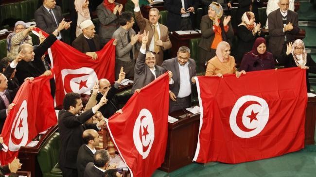 Les parlementaires tunisiens fêtent l'adoption de la nouvelle Constitution, le 26 janvier 2014, à Tunis. (REUTERS)