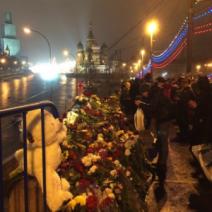 Les hommages se multiplient sur le pont à Moscou (crédit : @alekzzzzz)