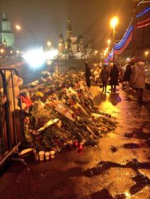 La marche se termine par un hommage sur le lieu du meurtre, près de l'église Sainte-Basile (crédit : @moskless)