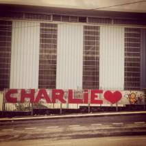 Le graffiti-artist Jace, mondialement connu, rend hommage à Charlie Hebdo, quelque part entre Le Havre d'où il est originaire et La Réunion, où il vit actuellement. Crédits : Jace