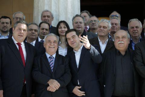 Parmi les hauts responsables du nouveau gouvernement une seule femme: Zoé Konstantopoulou, au centre de la photo. (Crédit photo: lemonde.fr)