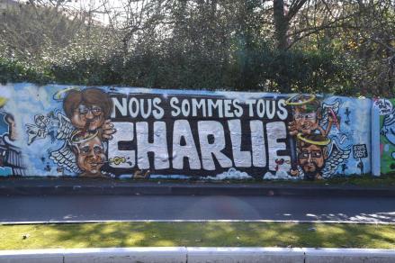 """Le français connu sous le pseudonyme """"Oust"""" salue les dessinateurs du journal Charlie Hebdo à travers cette fresque murale près de Bayonne. Crédits : Oust"""