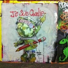 """L'artiste de rue Parlee Erz représente Charlie Brown écrivant """"Je suis Charlie"""" Crédits : Parlee Erz"""