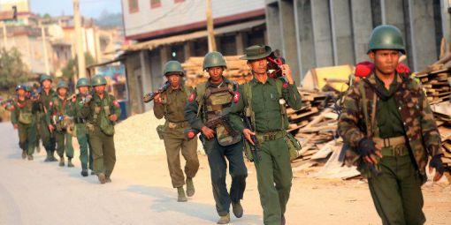 Une patrouille des forces birmanes à Laogai, dans le Kokang (Crédit Photo : AFP / Stringer)